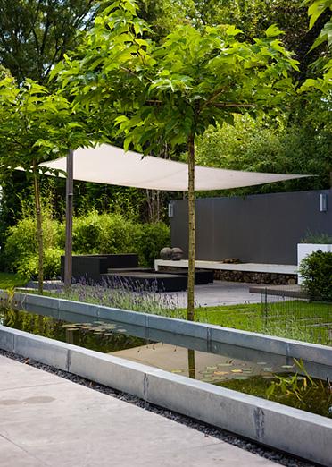 Woning en tuin sluiten op elkaar aan het accent ligt op de eigentijdse achtertuin met witte for De eigentijdse tuin