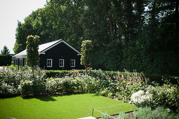 Plantrijke villatuin met niveaus in garderen