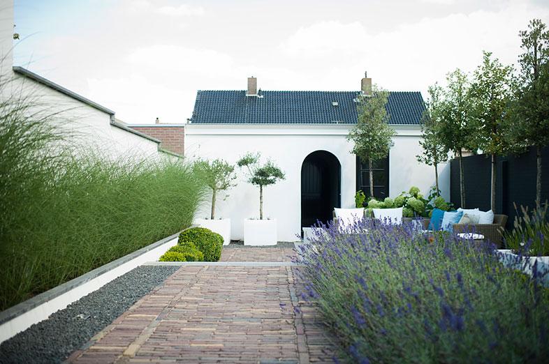 Modern klassieke tuin met hoogteverschillen in genemuiden