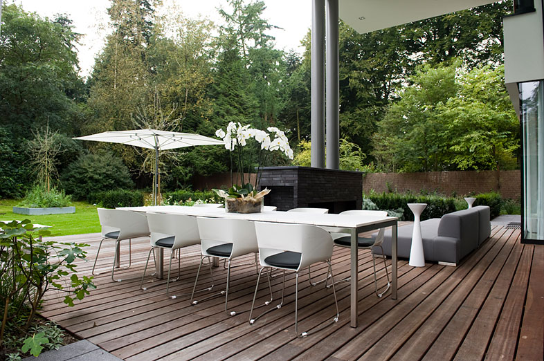 Minimalistische tuin met niveaus bij moderne villa in doorn