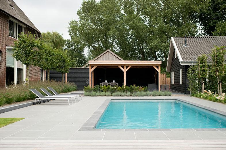 Een groene tuin met een ruime veranda en dito zwembad die beiden volledig in het ontwerp zijn - Omgeving zwembad ontwerp ...
