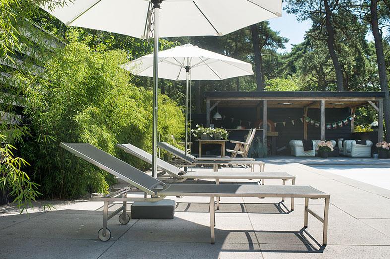 Sfeervolle tuin met zwembad en veranda in bilthoven